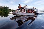 Navigation sur le Rio Negro au nord de Manaus sur le bateau de croisière La Jangada. Forêt pluviale inondée<br /> Croisière Jangada