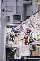 """MEDELLÍN - COLOMBIA, 17-10-2013. Aspecto de las labores de rescate en el conjunto Space en Medellín.  La Alcaldía y las autoridades de la ciudad de Medellín, conjuntamente con los ingenieros de Lérida CDO SA alertaron que la Torre 5 del edificio residencial Space, contigua a la Torre 6, que se desplomó el sábado por la noche, presenta """"riesgo inminente de colapso"""". Según la Alcaldía de Medellín, un comité técnico encargado de hacer la evaluación del estado de la unidad residencial Space en el acomodado barrio El Poblado analizó este lunes la situación y concluyó que la Torre 5 puede derrumbarse en cualquier momento porque tiene fracturas en dos columnas. (Foto: VizzorImage / Luis Rios / Str) Aspect of the rescue works on the Space building in Medellin. The Mayor and the authorities of the city of Medellin, in conjunction with engineers from Lérida CDO SA warned that the tower 5 Space residential building, adjacent to the Tower 6, which collapsed on Saturday night, presents """"imminent risk of collapse """". According to the Mayor of Medellin, a technical committee to assessing the state of the housing units in the affluent Space Poblado Monday analyzed the situation and concluded that the Tower 5 may collapse at any moment because it has broken in two columns (Photo: VizzorImage / Luis Rios / Str)"""