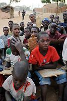 NIGER Zinder, children in Quran school reading quran sures from wooden plate / NIGER Zinder, Kinder in einer Koranschule, pauken Koran Suren von Holztafeln