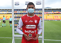 BOGOTA - COLOMBIA, 06-10-2020: Jorge Ramos del Santa Fe recibe el premio al mejor jugador después del partido entre Independiente Santa Fe y Alianza Petrolera por la fecha 12 de la Liga BetPlay DIMAYOR I 2020 jugado en el estadio Nemesio Camacho El Campín de la ciudad de Bogotá. / Jorge Ramos of Santa Fe receives the best player award after the match for the date 12 between Independiente Santa Fe and Alianza Petrolera as part of the BetPlay DIMAYOR League I 2020 played at Nemesio Camacho El Campín stadium in Bogota city. Photo: VizzorImage / Nelson Rios / Cont. Photo: VizzorImage / Santiago Cortes / Cont