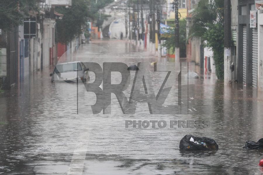 TABOAO DA SERRA,SP, 19.02.2016 - CLIMA-SP - No dia do aniversário da cidade, forte chuva alaga o centro de Taboão da Serra, na grande São Paulo, nesta sexta-feira, 19. (Foto: Douglas Pingituro/Brazil Photo Press)