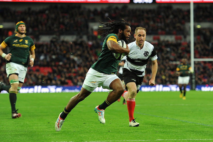 Sergeal Petersen of South Africa runs in a try past Andy Ellis (Crusaders, Kobelco Steelers & New Zealand) of Barbarians during the Killik Cup match between Barbarians and South Africa at Wembley Stadium on Saturday 5th November 2016 (Photo by Rob Munro)
