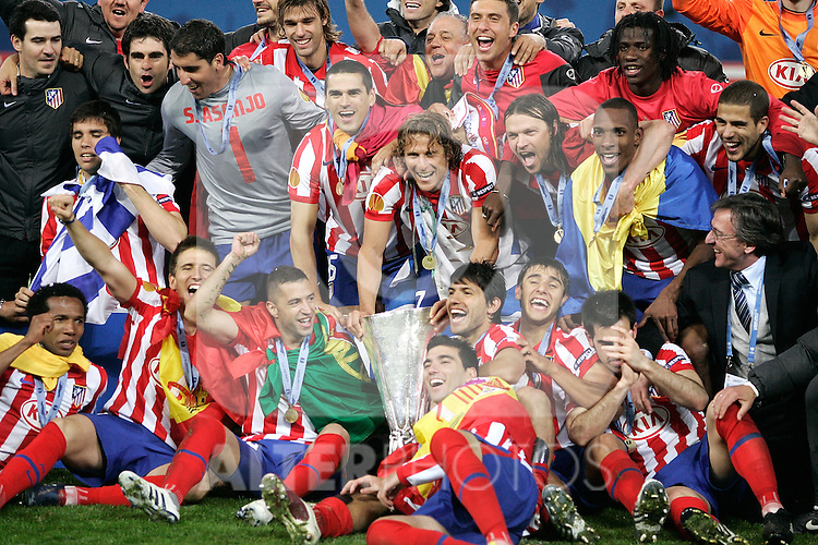 Atletico de Madrid's coach players celebrate with trophy during UEFA Europa League final match, May 12, 2010. (ALTERPHOTOS/Alvaro Hernandez).