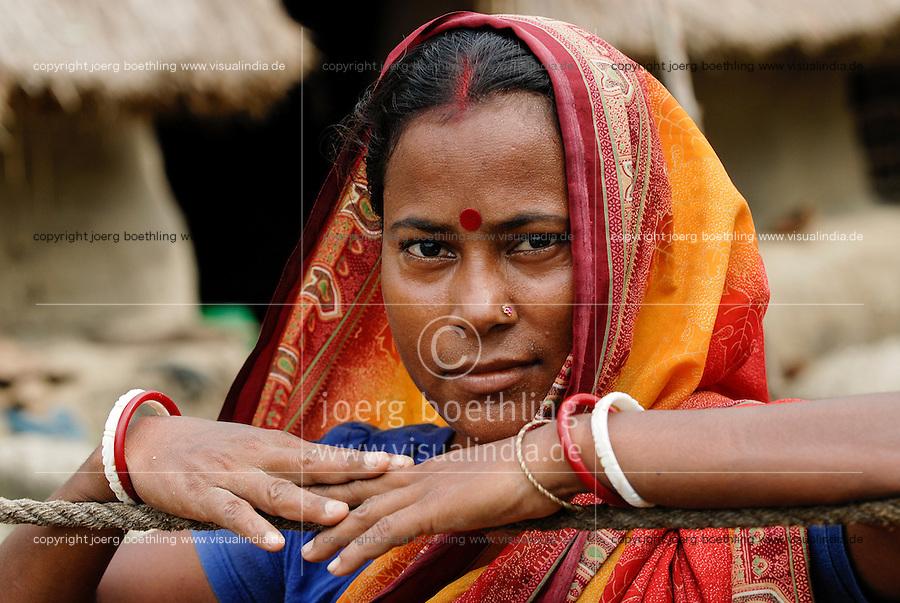 INDIA, Ganges river delta Sundarbans in West-Bengal , Sagar Island, Bengali woman in sari / INDIEN Westbengalen Gangesdelta Sundarbans , Sagar Island, bengalische Frau im Sari