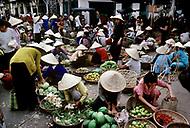 Hué, February 1988. Very busy farmer's market of the city.