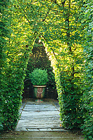 Les jardins du prieuré d'Orsan : passage en ogive dans la charmille<br /> <br /> Mention obligatoire du nom du jardin et pas d'usage publicitaire sans autorisation préalable.