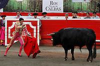 MANIZALES-COLOMBIA. 07-01-2016: Alejandro Talavante lidiando a Pirata de 444kg de la ganadería Dos Gutierrez durante la tercera corrida como parte de la versión número 60 de La Feria de Manizales 2016 que se lleva a cabo entre el 2 y el 10 de enero de 2016 en la ciudad de Manizales, Colombia. / The bullfighter Alejandro Talavante, struggling to Pirata de 444kg his second bull of the day during the third bullfight as part of the 60th version of Manizales Fair 2016 takes place between 2 and 10 January 2016 in the city of Manizales, Colombia. Photo: VizzorImage / Santiago Osorio / Cont