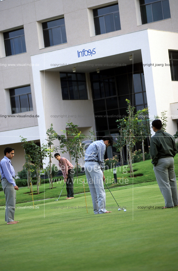 INDIA Bangalore, Software company Infosys in the Electronics City, the indian silicon valley, golf break for employees / INDIEN Karnataka Bangalore, Campus der Software Firma Infosys in der electronics city, Pause mit Golspiel fur Angestellte
