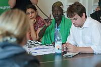 Ca. 50 Fluechtlinge und Unterstuetzer haben am Mittwoch den 17. September 2014 die Parteizentrale von Buendnis 90/Die Gruenen in Berlin besetzt. Sie forderten, dass die Vertreter von Gruenen Landesregierungen am Freitag den 19. September 2014 in der Sitzung des Bundesrates gegen die weitere Verschaerfung des Asylrechts stimmen. Die Verschaerfung wuerde nach Aussagen von Besetzern auf einer kurzfristig einberufenen Pressekonferenz, die faktische Abschaffung des Asylrechts bedeuten.<br /> Die Mitarbeiter und die Parteifuehrung solidarisierten sich mit dem Anliegen der Besetzer, wollten aber keine Zusage ueber das Abstimmungsverhalten im Bundesrat machen. Die Polizei wurde von den Hausherren nicht an das Gebaeude gelassen und auch eine Raeumung durch die Polzei wurde abgelehnt. Die Polizei hielt sich daraufhin zurueck.<br /> Die Parteichefin Simone Peters (links im Bild) lud die Besetzer nach deren Pressekonferenz zu einem Gespraech und diskutierte mit ihnen.<br /> 17.9.2014, Berlin<br /> Copyright: Christian-Ditsch.de<br /> [Inhaltsveraendernde Manipulation des Fotos nur nach ausdruecklicher Genehmigung des Fotografen. Vereinbarungen ueber Abtretung von Persoenlichkeitsrechten/Model Release der abgebildeten Person/Personen liegen nicht vor. NO MODEL RELEASE! Don't publish without copyright Christian-Ditsch.de, Veroeffentlichung nur mit Fotografennennung, sowie gegen Honorar, MwSt. und Beleg. Konto: I N G - D i B a, IBAN DE58500105175400192269, BIC INGDDEFFXXX, Kontakt: post@christian-ditsch.de<br /> Urhebervermerk wird gemaess Paragraph 13 UHG verlangt.]