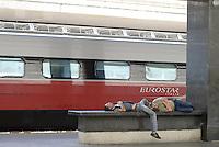 Roma, 18 Luglio 2013<br /> Stazione Termini<br /> Viaggiotori e no, dormono sulle panchine deli binari in atteso del treno.