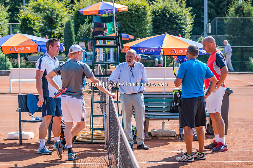 Etten-Leur, The Netherlands, August 27, 2017,  TC Etten, NVK, Toss by umpire Jules Noot<br /> Photo: Tennisimages/Henk Koster