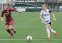 Dames Zulte-Waregem - Telstar : Claudia Van Den Heiligenberg aan de bal voor Helene Delebarre (links).foto DIRK VUYLSTEKE / Vrouwenteam.be