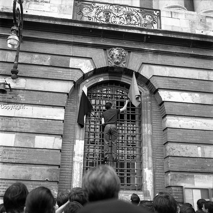 24 Mai 1968. Vue d'une manifestation des étudiants sur la place du Capitole.