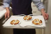 Europe/France/Rhone-Alpes/07/Ardéche/Saint-Agrève: Hôtel Faurie - Philippe Bouissou - Service  de la tarte briochée aux oignons confits