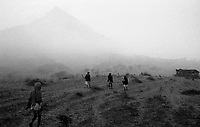 11.2010 Pushkar (Rajasthan)<br /> <br /> Camel holders walking to their camp.<br /> <br /> Chameliers marchant vers leur camp.