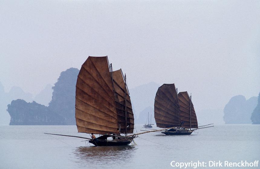 Segelboote in der Halong-Bucht, Vietnam, Unesco-Weltkulturerbe