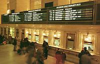 Fahrkartenschalter in der Grand Central Station. Vom ehemals groessten Bahnhof in New York fahren unterirdisch nur noch Nahverkehrszuege ab.<br /> 28.12.1998, New York City<br /> Copyright: Christian-Ditsch.de<br /> [Inhaltsveraendernde Manipulation des Fotos nur nach ausdruecklicher Genehmigung des Fotografen. Vereinbarungen ueber Abtretung von Persoenlichkeitsrechten/Model Release der abgebildeten Person/Personen liegen nicht vor. NO MODEL RELEASE! Don't publish without copyright Christian-Ditsch.de, Veroeffentlichung nur mit Fotografennennung, sowie gegen Honorar, MwSt. und Beleg. Konto:, I N G - D i B a, IBAN DE58500105175400192269, BIC INGDDEFFXXX, Kontakt: post@christian-ditsch.de]