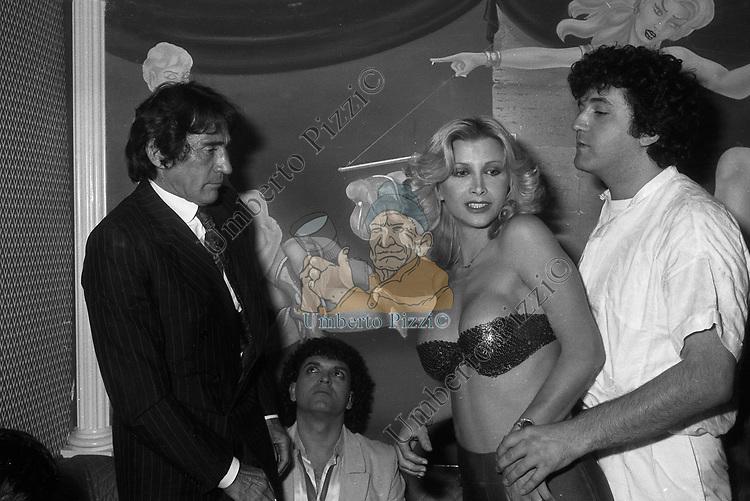 WALTER CHIARI CON CRISTIANO MALGIOGLIO E GENA GAS<br /> FESTA CRISTIANO MALGIOGLIO - OPEN GATE  ROMA 1981
