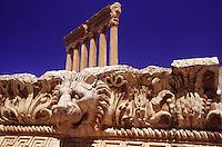 LIBANO A circa 90 km da Beirut, nella valle della Bekaa, si trova il sito di Baalbek, luogo dedicato al dio fenicio Baal, in seguito dai greci denominata Eliopolis (città del sole) e divenuta poi in epoca romana (Colonia Julia Felix)  luogo di culto di Giove.Impressionante l'acropoli, di cui fanno parte i templi di Giove , del cui portico restano solo 6 imponenti colonne di oltre 20 metri di altezza, il tempio di Bacco, con belle decorazioni e il tempio di Venere, divenuto basilica in periodo cristiano. Nei pressi delle rovine sorge il Museo  della Liberazione Palestinese (dal 1975 la zona è il quartier generale degli hezbollah). Nell'immagine: il fregio con teste di leone e ghirlande del Tempio di Giove. Sullo sfondo il Tempio di Giove