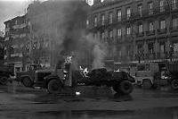 Carrefour boulevard Lazare-Carnot et allées François-Verdier, devant le Monuments aux Combattants. 6 février 1978. Vue d'ensemble d'un camion en feu (vue de profil), flammes, fumée noire ; au 2nd plan autres camions benne bloquant le boulevard ; en arrière-plan perspective du boulevard Lazare-Carnot, plan d'ensemble des façades. Cliché pris lors d'une manifestation organisée par une trentaine de transporteurs et artisans locaux pour protester contre le chantier de l'autoroute A61 donné à une grosse société du centre de la France. Manifestation patronée par la Confédération Intersyndicale de Défense et d'Union Nationale des Travailleurs Indépendants (CIDUNATI).