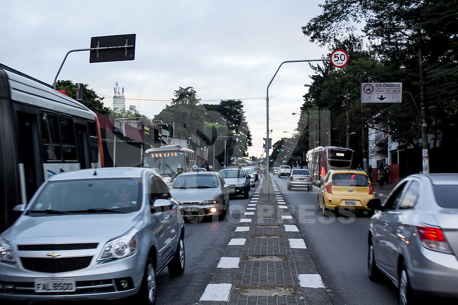 SAO PAULO, SP - 19.08.2015 - REDUÇÃO DE VELOCIDADE SP - Vista da Est. do Campo Limpo na altura do Term. Campo Limpo na manhã desta quinta-feira (19) na zona sul de São Paulo. A via tem sua velocidade reduzida para 50km/h em boa parte de sua extenção e 40km/h na altura do largo do Taboão.(Foto: Fabricio Bomjardim / Brazil Photo Press)