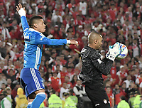 BOGOTÁ - COLOMBIA, 17-12-2017: Robinson Zapata (Der.) arquero de Santa Fe disputa el balón con Ayron del Valle (Izq.) jugador del Millonarios durante el encuentro entre Independiente Santa Fe y Millonarios por la final vuelta de la Liga Aguila II 2017 jugado en el estadio Nemesio Camacho El Campin de la ciudad de Bogotá. / Robinson Zapata (R) player of Santa Fe struggles for the ball with Ayron del Valle (L) player of Millonarios during match between Independiente Santa Fe and Millonarios for the second leg final of the Aguila League II 2017 played at the Nemesio Camacho El Campin Stadium in Bogota city. Photo: VizzorImage/ Gabriel Aponte / Staff