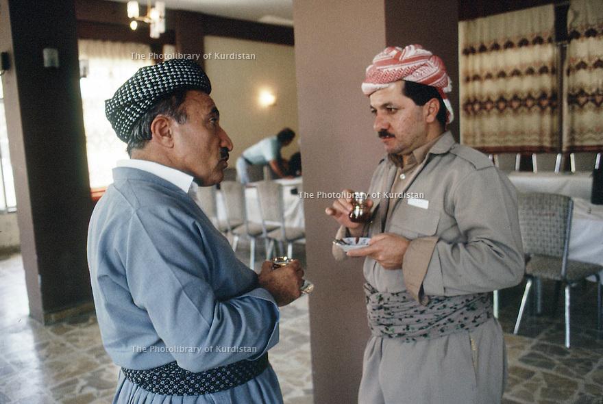 Irak 1991   Dr. Mahmoud Osman et Massoud Barzani a Shaklawa pendant la reunion du Front du Kurdistan   Iraq 1991  Dr. Mahmud Osman and Massood Barzani in Shaklawa during the meeting of the Kurdish front