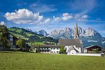 Austria, Tyrol, Reith near Kitzbuehel: resort with baroque church and Wilder Kaiser mountains | Oesterreich, Tirol, Reith bei Kitzbuehel: Urlaubsort mit Barockkirche Reith vorm Wilder Kaiser Gebirge