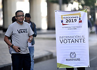 BOGOTÁ-COLOMBIA, 27-10-2019: Personal de la Registraduría Nacional ayudan a los ciudadanos a buscar su puesto de votación en la Plaza de Bolívar, durante la jornada de Elecciones Autoridades Territoriales 2019. / Staff of the National Registry help citizens to find their polling station in the Plaza de Bolívar, during the day of Elections Territorial Authorities 2019. Photo: VizzorImage/ Luis Ramírez / Staff.