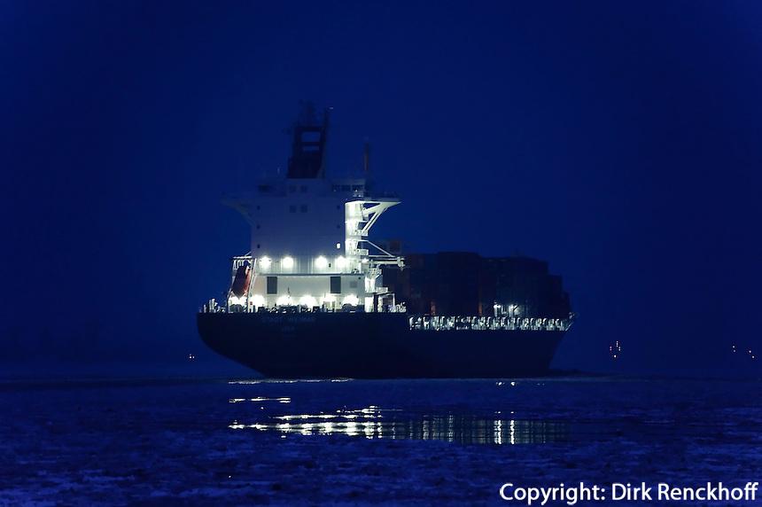 Deutschland, Hamburg, Blankenese, Schiff auf der vereisten Elbe
