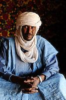 BURKINA FASO Djibo, malian refugees, mostly Touaregs, in refugee camp Mentao of UNHCR, they fled due to war and islamist terror in Northern Mali , Tuareg MUPHTAH AG MOHAMED from Tombouctou , with traditional wear turban Tagelmust and caftan Boubou, made from damask fabric / BURKINA FASO Djibo , malische Fluechtlinge, vorwiegend Tuaregs, im Fluechtlingslager Mentao des UN Hilfswerks UNHCR, sie sind vor dem Krieg und islamistischem Terror aus ihrer Heimat in Nordmali geflohen, Lagerleiter und Sprecher der Tuareg Fluechtlinge MUPHTAH AG MOHAMED aus Timbuktu