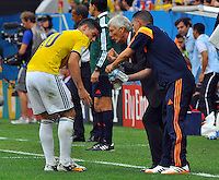 BRASILIA - BRASIL -19-06-2014. Jose Pekerman (Izq) técnico  de Colombia (COL) da instrucciones a James Rodriguez (Izq) durante el partido del Grupo C contra Costa de Marfil (CIV) por la Copa Mundial de la FIFA Brasil 2014 jugado en el estadio Mané Garricha de Brasilia./ Jose Pekerman (L) coach of Colombia (COL) gives directions to James Rodriguez (L) during the Group C match against Ivory Coast (CIV) for the 2014 FIFA World Cup Brazil played at Mane Garricha stadium in Brasilia. Photo: VizzorImage / Alfredo Gutiérrez / Contribuidor