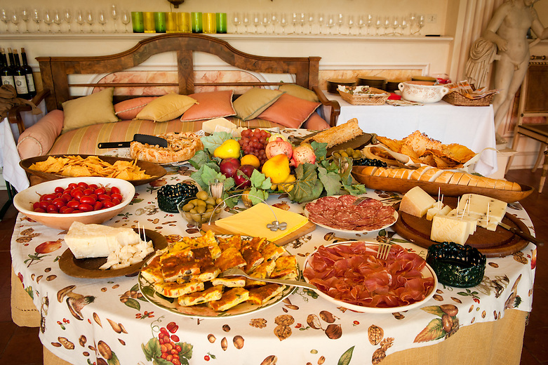 This table is laid out with typical Friulan delicacies such as polenta, frico, omelette with herbs, S. Daniele prosciutto and Montasio cheese. The hosts, the Perusini wine producers, have a very long family tradition in the re-introduction, selection and cultivation of historical local vines.