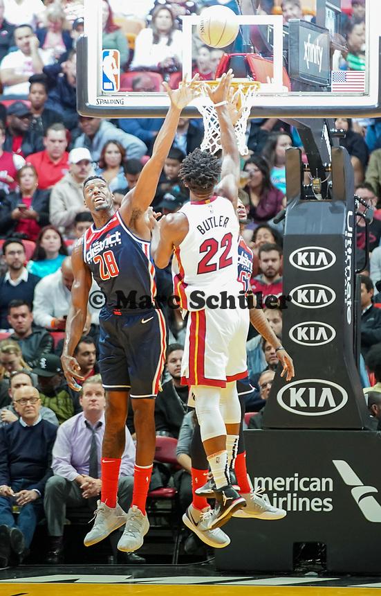 Jimmy Butler (G/F Miami Heat, #22) gegen Ian Mahinmi (C, Washington Wizards, #28) - 22.01.2020: Miami Heat vs. Washington Wizards, American Airlines Arena