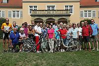 Teilnehmer der Leser-Radtour am Jagdschloss Kranichstein in Darmstadt
