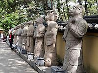 Steinfiguren am Aufgang zum Buddhistischen Tempel Haedong Yonggungsa, Busan, Gyeongsangnam-do, Südkorea, Asien<br /> stone sculpturs at buddhist temple Haedong Yonggungsa, Busan,  province Gyeongsangnam-do, South Korea, Asia