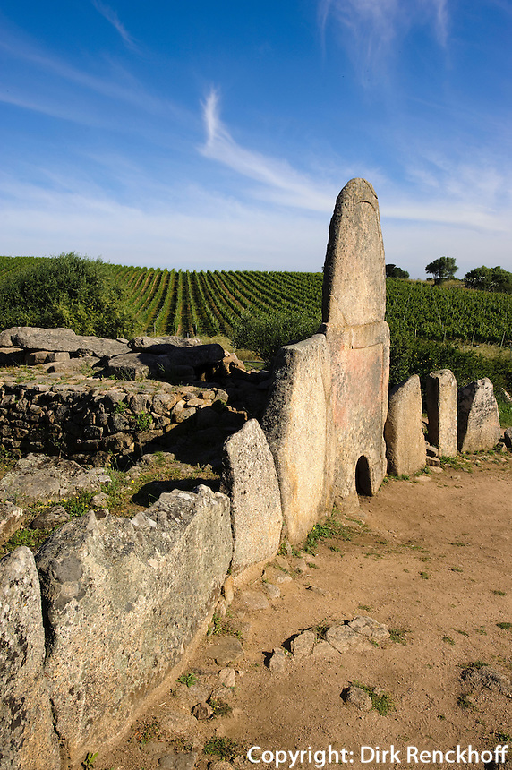Gigantengrab Coddu Vecchio ( Tomba da Giganti Coddu Vecchiu oder Coddu Eccju) bei Arzachena, Nuraghenkultur,  2.Jahrtausend vor Chr., Costa Smeralda , Provinz Olbia-Tempio, Sardinien, Italien