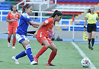 CALI - COLOMBIA, 07-12-2020: Lizeth Ocampo del América y Tatiana Ariza de Millonarios durante el partido entre América de Cali y Millonarios F.C. por la semifinal vuelta como parte de la Liga Femenina BetPlay DIMAYOR 2020 jugado en el estadio Pascual Guerrero de la ciudad de Cali. / Lizeth Ocampo of America and Tatiana Ariza,  of Millonarios during second leg semifinal match as part of Women's BetPlay DIMAYOR 2020 League between America de Cali and Millonarios F.C. played at Pascual Guerrero stadium in Cali. Photo: VizzorImage / Gabriel Aponte / Staff