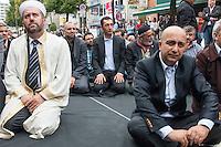 """Der Koordinationsrat der Muslime (KMR) veranstaltete am Freitag den 19. September 2014 deutschlandweit vor Moscheen Kundgebungen unter dem Motto """"Muslime stehen auf gegen Hass und Unrecht"""". Der KMR wandte sich damit gegen die Zunahme von rassistischen und islamophoben Angriffen gegen Muslime und islamische Gotteshaeuser. Seit 2012 gab es mindestens 80 Angriffe gegen Moscheen.<br /> In Berlin wurde zudem vor der Kundgebung das Freitagsgebet vor der Mevlana-Moschee abgehalten. Die Moschee wurde am 11. August 2014 Ziel eines Brandanschlag.<br /> Auf der Kundgebung sprach auch der Vorsitzende der Evangelischen Kirche in Deutschland (EKD), Dr. hc. Nikolaus Schneider. Des Weiteren nahmen Politker der SPD, der Gruenen und der Linkspartei an der Kundgebung teil.<br /> In der Bildmitte: Cem Oezdemir, Parteivorsitzender von Buendnis 90/Die Gruenen.<br /> 19.9.2014, Berlin<br /> Copyright: Christian-Ditsch.de<br /> [Inhaltsveraendernde Manipulation des Fotos nur nach ausdruecklicher Genehmigung des Fotografen. Vereinbarungen ueber Abtretung von Persoenlichkeitsrechten/Model Release der abgebildeten Person/Personen liegen nicht vor. NO MODEL RELEASE! Don't publish without copyright Christian-Ditsch.de, Veroeffentlichung nur mit Fotografennennung, sowie gegen Honorar, MwSt. und Beleg. Konto: I N G - D i B a, IBAN DE58500105175400192269, BIC INGDDEFFXXX, Kontakt: post@christian-ditsch.de<br /> Urhebervermerk wird gemaess Paragraph 13 UHG verlangt.]"""