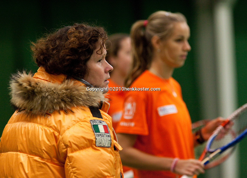 29-1-10, Almere, Tennis, Training Fedcup team, Captain Mannon Bollegraf met op de achtergrond Arantxa Rus
