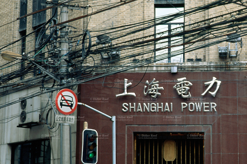 China. Shanghai. Downtown. City center.  As a fast growing town, Shanghai needs more and more electricity to developp its business and economy. © 2002 Didier Ruef