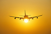 Boing 747 jetplane with the setting sun between the wheels foto, reise, photograph, image, images, photo,<br /> photos, photography, picture, pictures, urlaub, viaje, vacation, imagen, viagi, stock