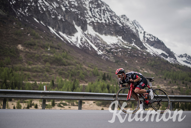 tuck position descending for Jan Polanc (SVK/UAE-Emirates) while keeping a snack ready<br /> <br /> Stage 17: Tirano › Canaze (219km)<br /> 100th Giro d'Italia 2017
