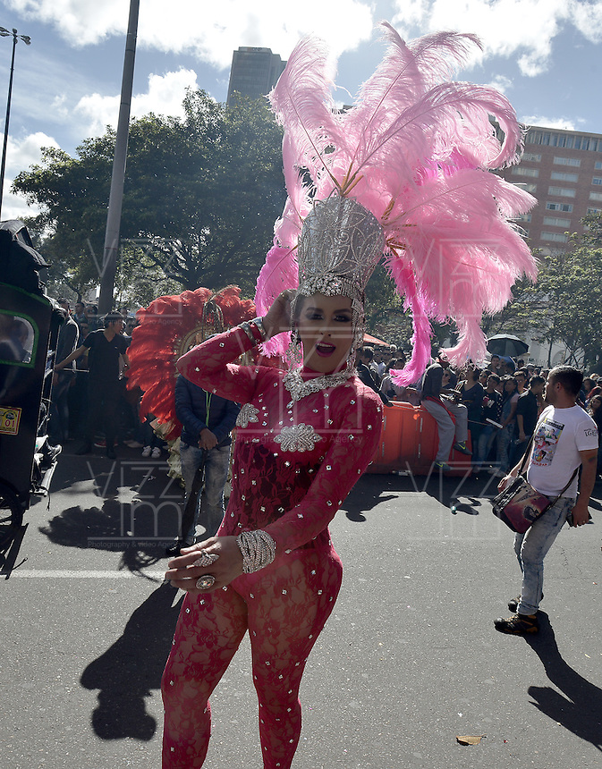 BOGOTÁ -COLOMBIA. 03-07-2016: Cientos de personas participaron en la Marcha LGBTI 2016 realizada por las calles del centro de Bogotá, Colombia, hoy 03 de julio de 2016./ Hundred of people gathered to participate in the Gay Pride Parade 2016 on July 03, 2016 that be held by the main streets of the downtown of Bogota, Colombia. Photo: VizzorImage/ Gabriel Aponte / Staff