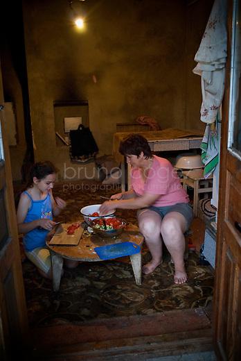 REPUBLIC OF MOLDOVA, Gagauzia, Tomai, 2009/07/1..Maia, 12 years old, and her mother Maria, cook dinner on a table typically Gagauz..© Bruno Cogez..REPUBLIQUE MOLDAVE, Gagaouzie, Tomai, 1/07/2009..Maia, 12 ans, et sa mère Maria, préparent le dîner sur une table typiquement gagaouze..© Bruno Cogez