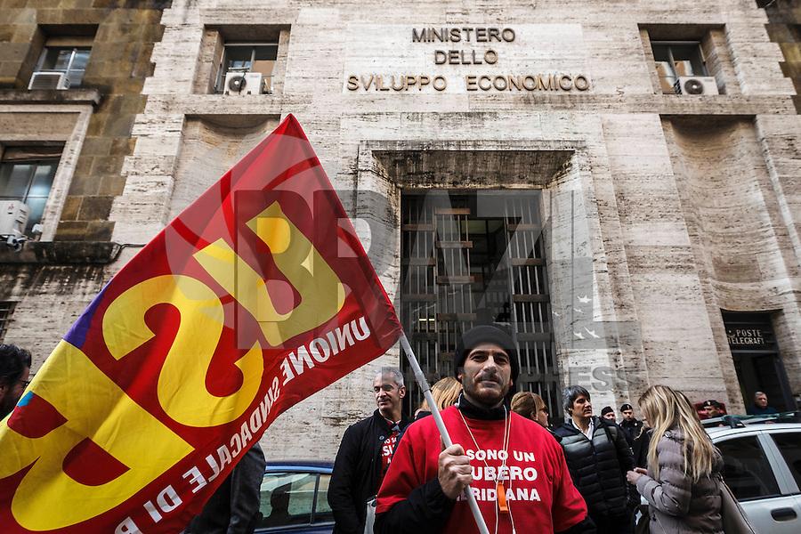 ROMA, ITÁLIA - 18.02.2016 - TRABALHO-ITÁLIA - Trabalhadores italianos da companhia aérea Meridiana realizam uma manifestação em frente ao Ministério do Desenvolvimento Econômico italiano contra as demissões na empresa, nesta quinta-feira, 18. (Foto: Giuseppe Ciccia/Brazil Photo Press)