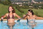 Foto: VidiPhoto<br /> <br /> TOURNUS (Fr.) - Terwijl in Nederland de zomer het op dit moment flink laat afweten en er ook op lange termijn geen verbetering verwacht wordt, genieten twee Nederlandse meiden op dit moment van aangename temperaturen in het Franse Tournus. De meiden werken als vrijwilligers bij de stichting L'Abri-france, die Nederlandse jongeren opvangt die een time-out nodig hebben. Na de werkzaamheden is het echter ontspannen en genieten van de Bourgondische sfeer en wijnen. L'Abri werkt voornamelijk met Nederlandse vrijwilligers.