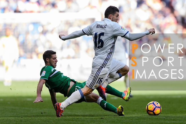 Mateo Kovacic of Real Madrid battles for the ball with Ruben Perez of Deportivo Leganes during their La Liga match between Real Madrid and Deportivo Leganes at the Estadio Santiago Bernabéu on 06 November 2016 in Madrid, Spain. Photo by Diego Gonzalez Souto / Power Sport Images