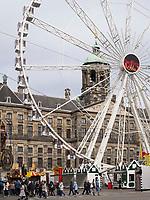 Riesenrad vor königlichem Palast, Amsterdam, Provinz Nordholland, Niederlande<br /> skywheel at roayl palais, Amsterdam, Province North Holland, Netherlands