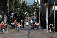 Campinas (SP), 25/03/2021 - Covid-SP - Rua 13 de Maio. Movimentação na região central de Campinas, no interior de São Paulo, nesta quinta-feira (25). A cidade vai ampliar as medidas restritivas na quarentena a partir desta sexta-feira (26). Com as novas regras, será permitido o acesso de apenas uma pessoa por família em serviços essenciais, como supermercados e padarias, e o drive-thru será exclusivo para alimentação - comércio em geral poderá atender somente por delivery.